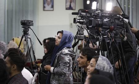 2109 アフガニスタンで取材する女性記者2019年10月カブール.jpg